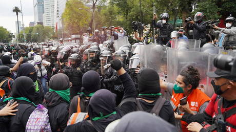 27 policewomen injured in clashes with abortion rights activists in Mexico City (VIDEOS, PHOTOS)